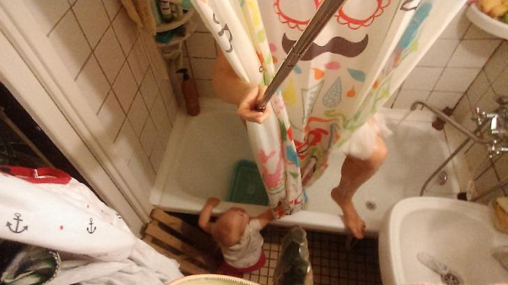 Experiment haios cu selfie stick-ul! O mamă s-a fotografiat zilnic cu bebelușul ei. Iată ce a ieșit