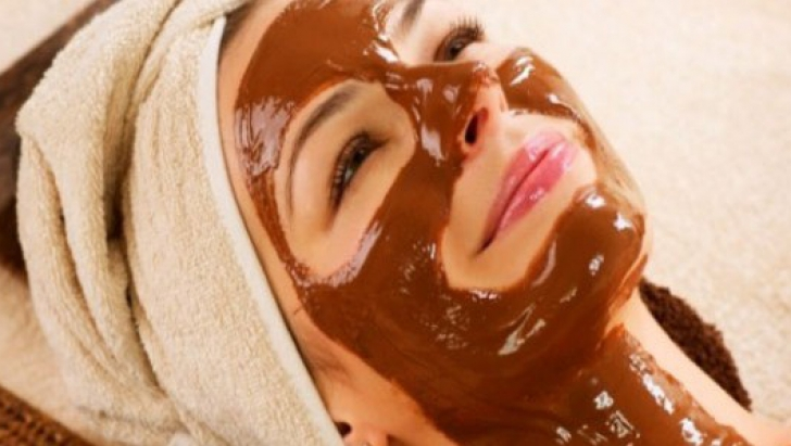 Cum îţi faci acasă mască de faţă cu ciocolată. Îţi revigorează pielea şi catifelează tenul!