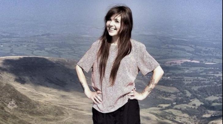 Povestea care face furori pe Facebook. De ce a urcat o fată pe munte în pantaloni scurți, pe viscol