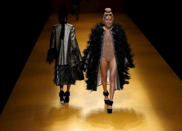 Tu ai purta aşa ceva? Cele mai ciudate haine, prezentate la Tokyo Fashion Week
