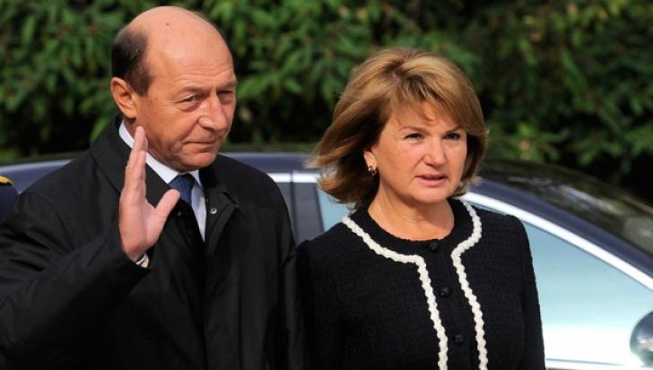 Traian Băsescu și soția sa vor să devină cetățeni moldoveni. Cererea, înaintată Președinției