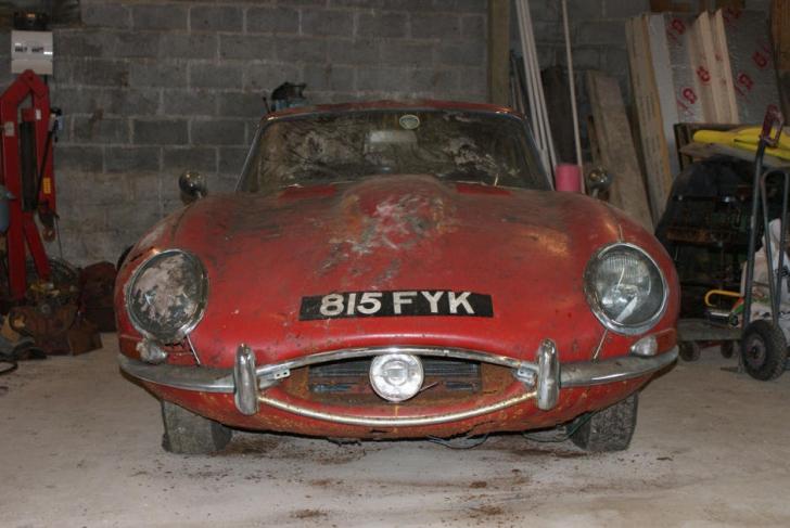 Au găsit un Jaguar E-Type original într-un hambar. Au ÎNCREMENIT când au văzut ce se afla în el