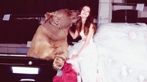 Această tânără a dorit o şedinţă foto cu un urs viu. Ce a urmat ete şocant!