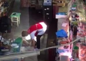 Halucinant! Carne aruncată pe jos, apoi pusă în vitrină, la vânzare, într-un magazin alimentar