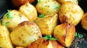 Aşa faci cei mai buni cartofi la cuptor. Ingredientul ţinut secret de marii bucătari