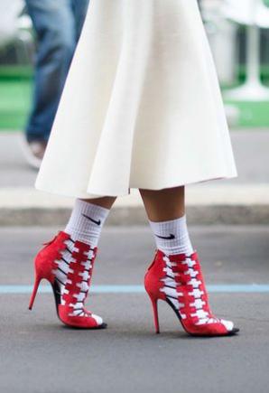 <p>O nouă modă face furori: şosete + pantofi</p>