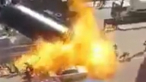 VIDEO ŞOCANT. O cisternă din care se fura gaz a sărit în aer. Oamenii din jur a fost cuprinşi de foc