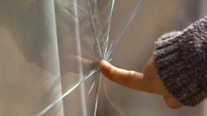 Cum repari un geam fisurat cu un căţel de USTUROI