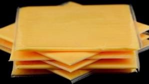 Mănânci astfel de brânză topită? Iată un experiment care-ţi va da fiori!