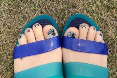 S-au inventat ciorapii cu pedichiură. Modelele fac furori în rândul femeilor