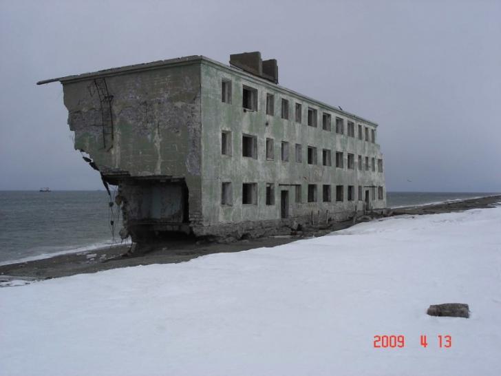Când au ajuns pe plajă au încremenit: jumătate de clădire, pe malul mării. Cum a ajuns aici?