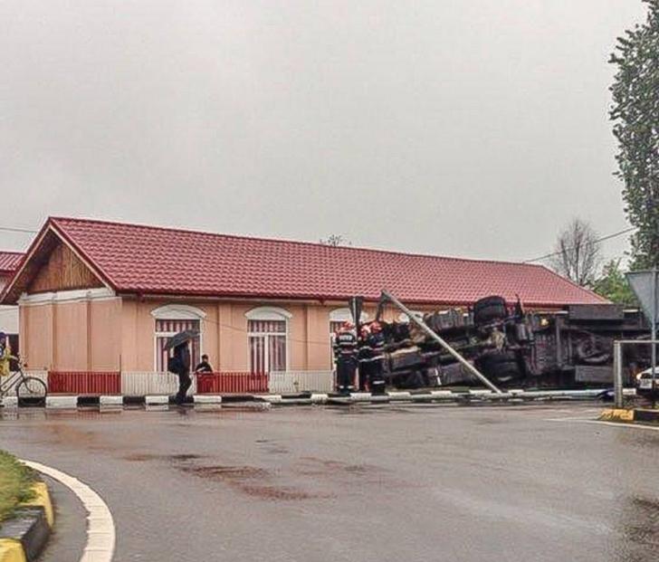 Accident cu repetiţie: muzeu în pericol, după ce un Tir a ieşit de pe şosea direct în clădire