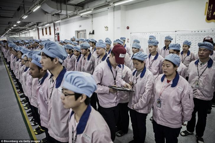 Imagini incredibile dintr-o fabrică Apple. Ce fac cei 50000 de muncitori în timpul programului