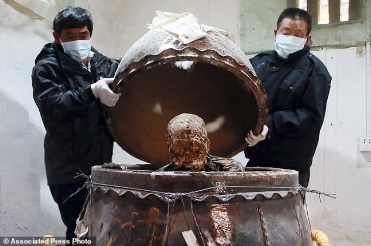 Au mumificat un călugăr budist și l-au învelit în foiță de aur. Acum atrage turiștii ca un magnet