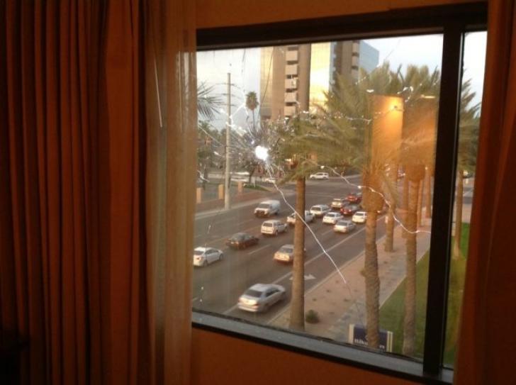 S-a trezit singur în camera de hotel și s-a uitat pe fereastră. Trișase moartea. Cum e posibil