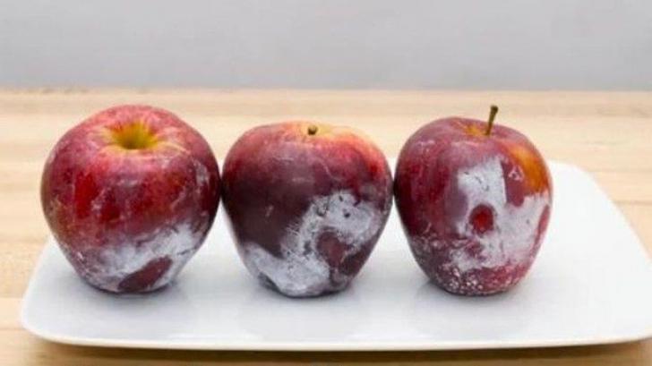 A turnat apă clocotită peste merele din supermarket. Ce s-a întâmplat e incredibil