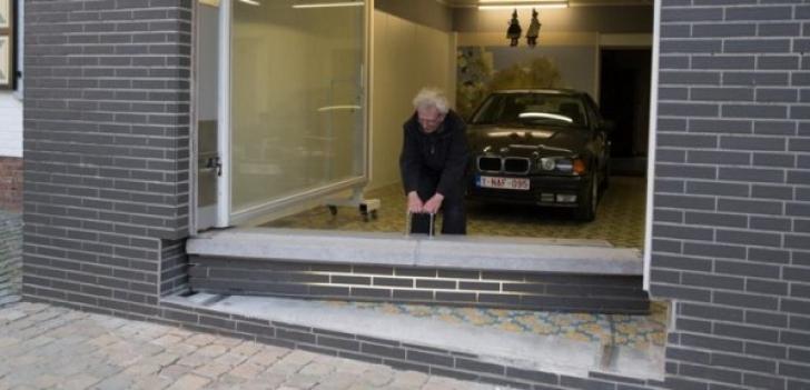 Primăria i-a interzis să contruiască o uşă de garaj. A inventat ceva incredibil! Cum scoate maşina