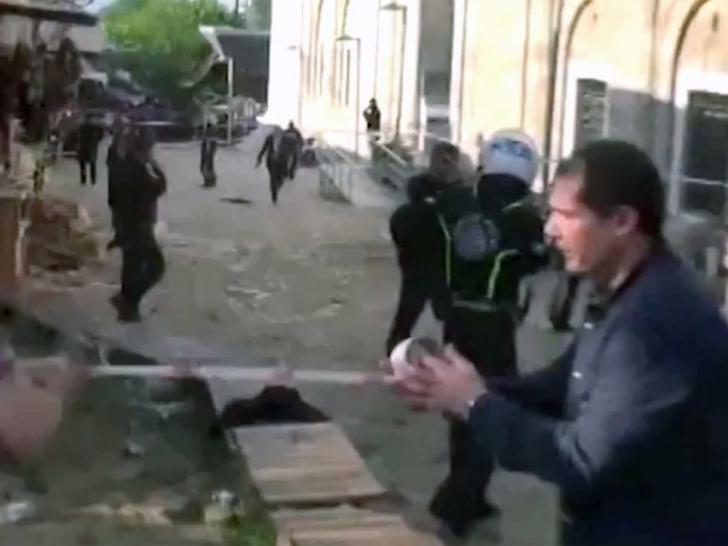 Atentatul a avut loc în Marea Moschee. Oficiali care au dorit să îşi păstreze anonimatul au afirmat că din analiza înregistrărilor video s-a constat că atacatorul a fost femeie.