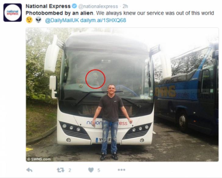 Un turist aflat în pelerinaj s-a pozat în faţa autocarului. A încremnit când s-a uitat atent la poză