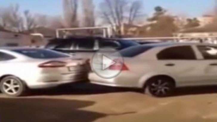 Vai, ce şoferiţă! Ca să facă o parcare a avariat 17 maşini