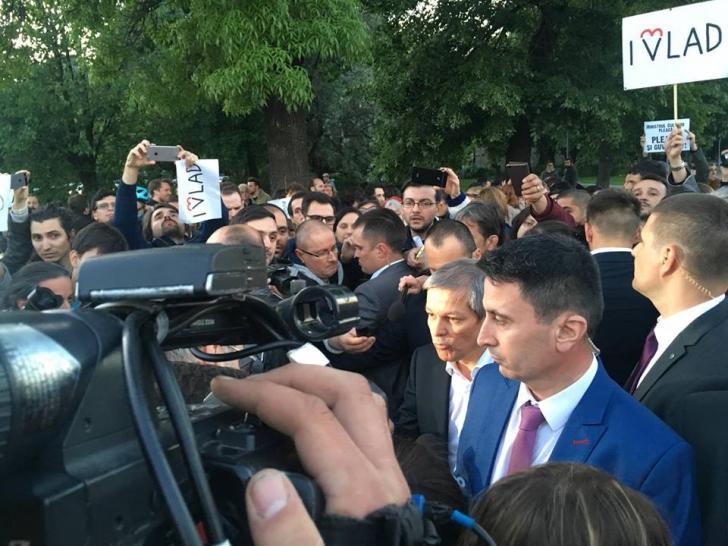Protest la Guvern. Dacian Cioloş a ieşit în stradă să discute cu susţinătorii lui Vlad Alexandrescu