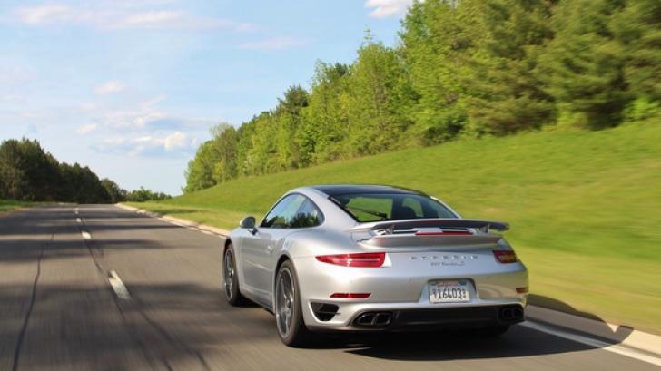 Au tras pe dreapta un Porsche care gonea pe autostradă. Surpriză! Cine conducea