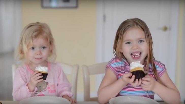 Cum reacţionează aceste fetiţe când află că vor avea un frăţior. Filmuleţul e adorabil!