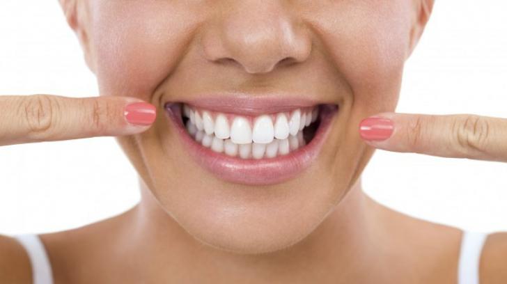 Amestescul minune care îţi albeşte dinţii. Iată ce uşor o poţi prepară acasă!