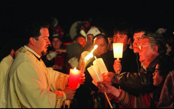 Rugăciuni pentru victimele de la Clubul Colectiv, în noaptea Învierii