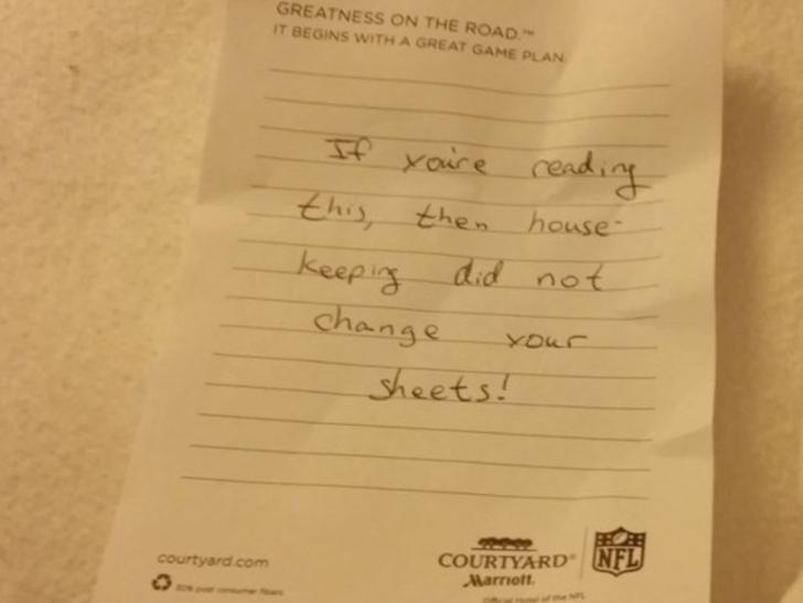 A ajuns în camera de hotel şi a găsit un bilet şocant pe pat