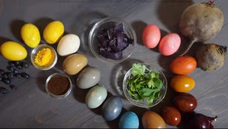 Cum să vopseşti ouăle de Paşte cu produse pe care le găsești în cămara ta