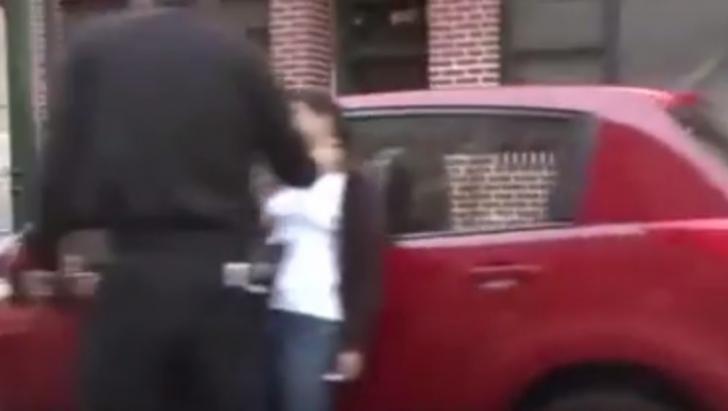 Halucinant! Un polițist strânge de gât o femeie. Pietonii s-au oprit și au început să filmeze