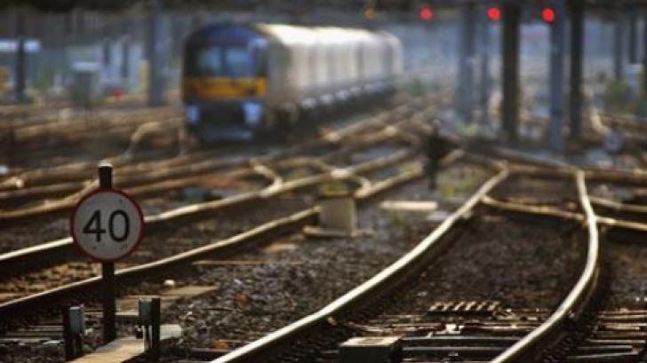 Autoturism spulberat de tren, în apropiere de Lugoj. Şoferul a scăpat cu viaţă ca prin minune