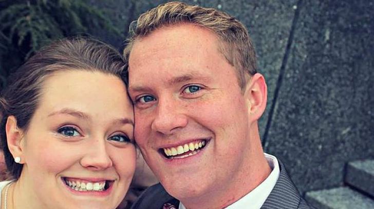 S-au uitat la fotografia lor de nunta și s-au îngrozit. Ce au vazut