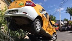 Accident violent în Craiova. Un autoturism a fost poiectat pe un gard