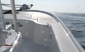 Şi-a făcut o poză în barcă, pe mare. Când a văzut ce era în spatele ei, a îngheţat!
