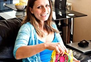 Ea este femeia care mănâncă doar PUFULEŢI de mai bine 10 ani. Iată cum arată la 32 de ani!