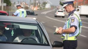 Un şofer a fost prins de poliţişti sâmbătă în timp ce circula cu o viteză de 181 km/h pe Autostrada 1, tronsonul Bucureşti - Râmnicu Vâlcea, acestuia fiindu-i suspendat permisul de conducere pentru 90 de zile şi fiind amendat cu 1.125 de lei, informează Poliţia Română.