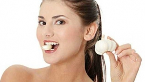 Ce se întâmplă în corpul tău dacă pui usturoi în gură timp de trei minute