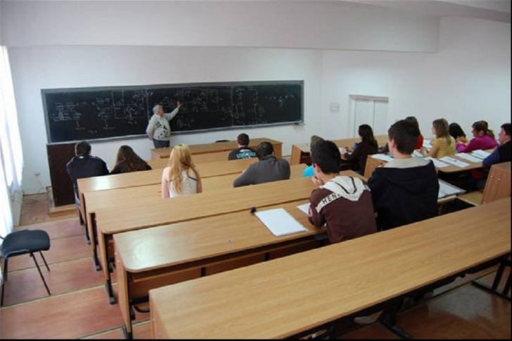 Profesor, filmat în timp ce făcea sex cu o studentă, chiar în sala de curs