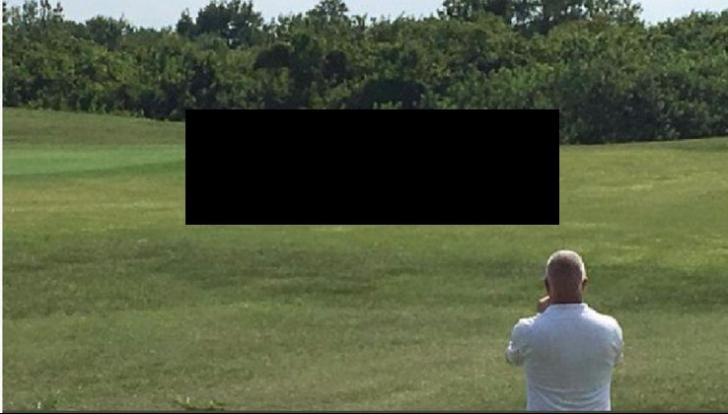 Lovea mingea de golf când a zărit umbra. A ridicat privirea și s-a cutremurat. A luat crosa, dar...