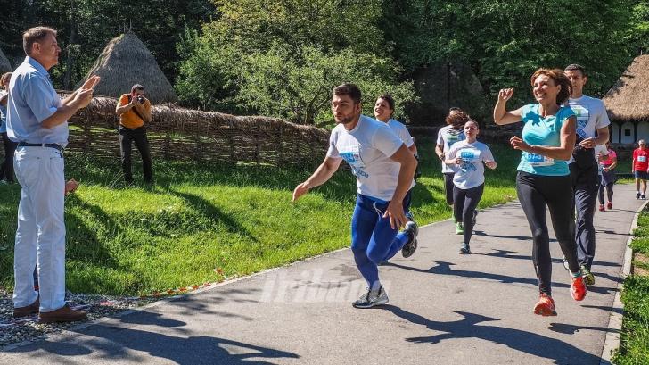 Iohannis, în ipostază inedită. A venit pe bicicletă să-şi încurajeze soţia la Semimaratonul Sibiului