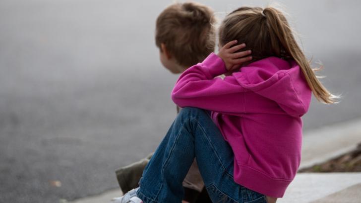 Copiii unei familii de români din Anglia, daţi spre adopţie de autorităţi unui cuplu de homosexuali