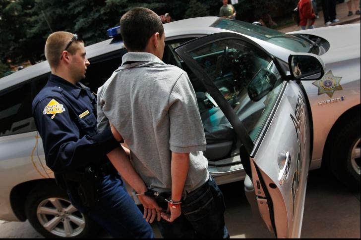 Polițiștii au arestat un bărbat. Când s-au uitat în buletin au început să-și dea coate.Cum îl cheamă