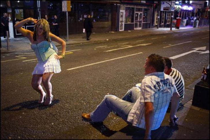 Nu ai fi zis! Cât de tare ajung să se îmbete britanicele şi cum arată. FOTO