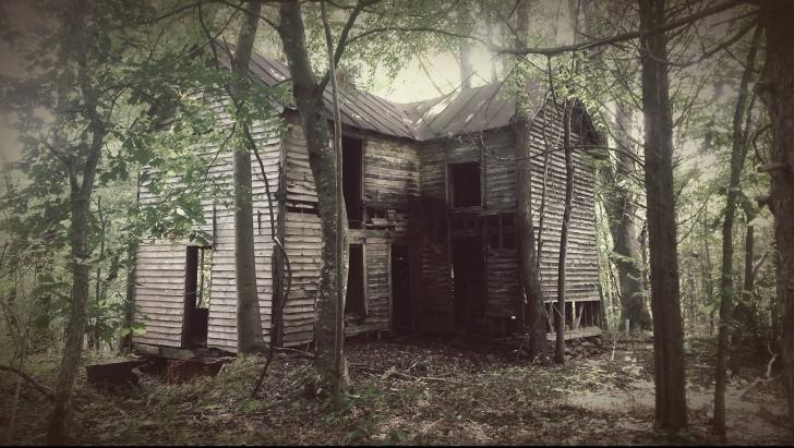 S-au mutat lângă pădure. Au cercetat zona şi au găsit o casă părăsită. Au intrat şi s-au CUTREMURAT