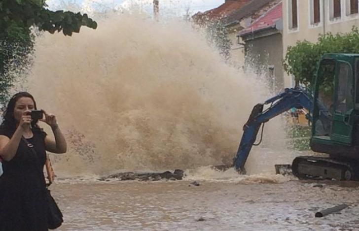 Dorel de Timişoara a inundat o stradă întreagă, cu o fântână arteziană - FOTO & VIDEO