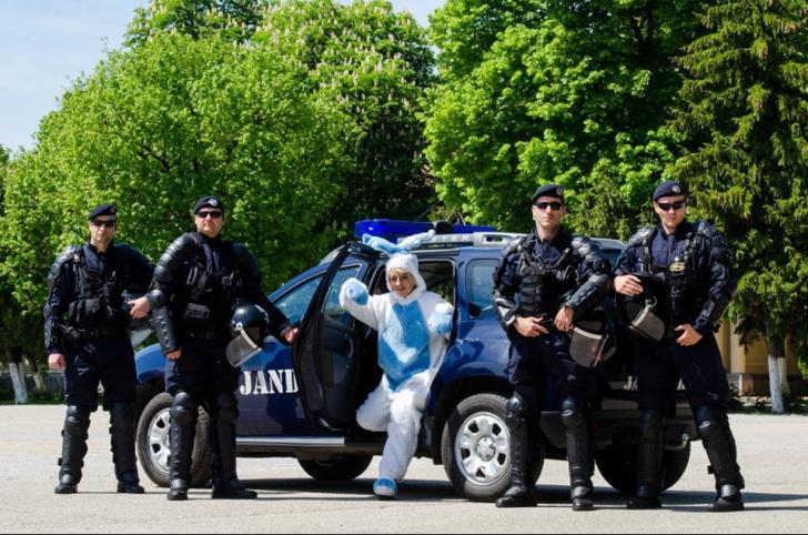 """Mesaje de Paşte inedite, de la M.A.I şi Poliţia Română. Sunt virale: """"Iepuraşul a fost verificat!"""""""