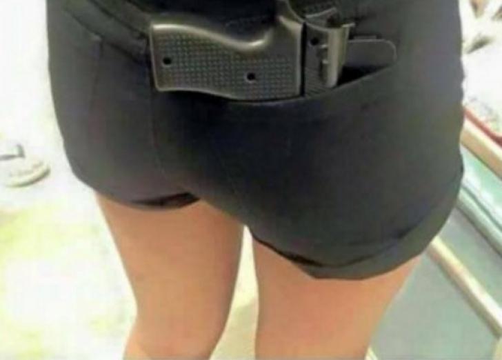 Ea e bruneta care a intrat cu pistolul în mall, l-a scos, iar poliţia nici n-a băgat-o în seamă