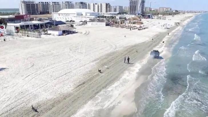Şoferi amendaţi cu câte 20.000 de lei, după ce au intrat cu maşinile pe plajă